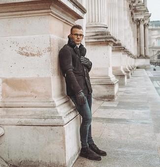 Как и с чем носить: темно-коричневая короткая дубленка, белая водолазка, темно-синие зауженные джинсы, темно-коричневые замшевые повседневные ботинки