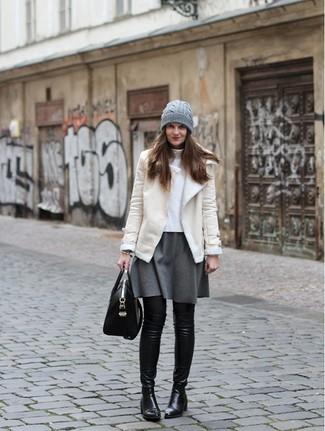 Как и с чем носить: бежевая короткая дубленка, белая водолазка, серая короткая юбка-солнце, черные кожаные ботфорты