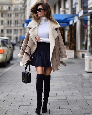 Как и с чем носить: бежевая короткая дубленка, белая водолазка, темно-синяя короткая юбка-солнце, черные замшевые ботфорты