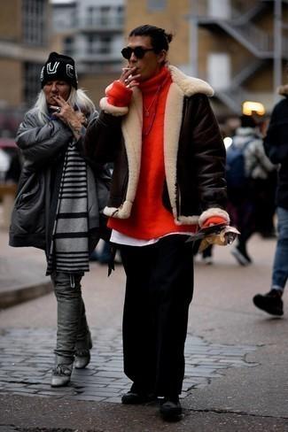 Мужские луки в прохладную погоду: Дуэт темно-коричневой короткой дубленки и черных брюк чинос позволит реализовать в твоем образе городской стиль современного мужчины. Почему бы не добавить в этот лук чуточку непринужденности с помощью черных низких кед из плотной ткани?