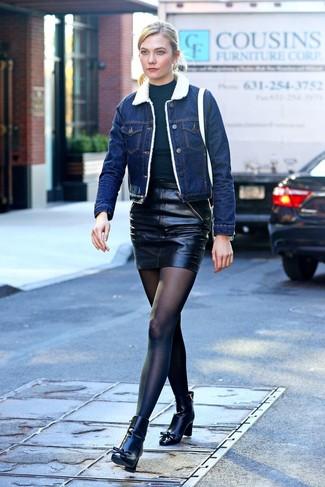 Как и с чем носить: синяя джинсовая короткая дубленка, черная водолазка, черная кожаная мини-юбка, черные кожаные ботильоны