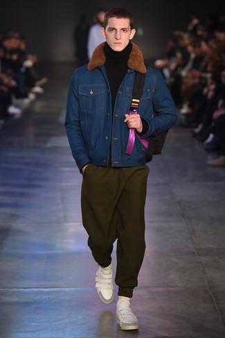 Модный лук: синяя джинсовая короткая дубленка, черная шерстяная водолазка, оливковые спортивные штаны, белые кожаные низкие кеды