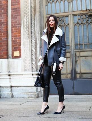 Как и с чем носить: черно-белая короткая дубленка, черная водолазка, черные кожаные узкие брюки, черные кожаные туфли