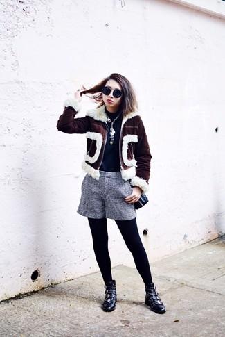 Как и с чем носить: темно-коричневая короткая дубленка, темно-синяя водолазка, темно-сине-белые шорты в клетку, черные кожаные ботильоны с шипами