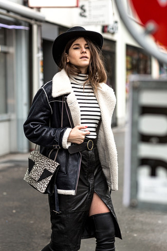 Модные женские луки 2020 фото: Лук из черной короткой дубленки и черной кожаной юбки-карандаш с разрезом смотрится очень выигрышно, согласна? Черные кожаные ботфорты станут хорошим завершением твоего образа.