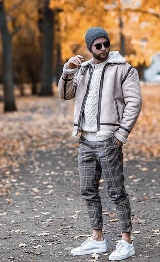 Как и с чем носить: бежевая короткая дубленка, белый вязаный свитер, серые шерстяные брюки чинос в клетку, белые кожаные низкие кеды