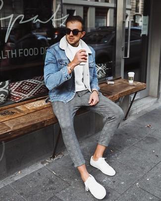Как и с чем носить: голубая джинсовая короткая дубленка, белый вязаный свитер, серые брюки чинос в шотландскую клетку, белые низкие кеды