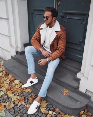 Как и с чем носить: табачная короткая дубленка, белый вязаный свитер, голубые джинсы, белые кожаные низкие кеды с принтом
