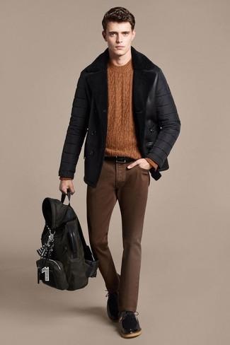 Как и с чем носить: черная короткая дубленка, табачный вязаный свитер, коричневые зауженные джинсы, черные кожаные туфли дерби