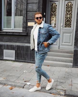 Как и с чем носить: синяя джинсовая короткая дубленка, белый вязаный свитер, голубые рваные зауженные джинсы, белые низкие кеды