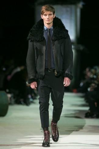 Как и с чем носить: черная короткая дубленка, темно-синяя джинсовая рубашка, черные классические брюки, темно-коричневые кожаные повседневные ботинки