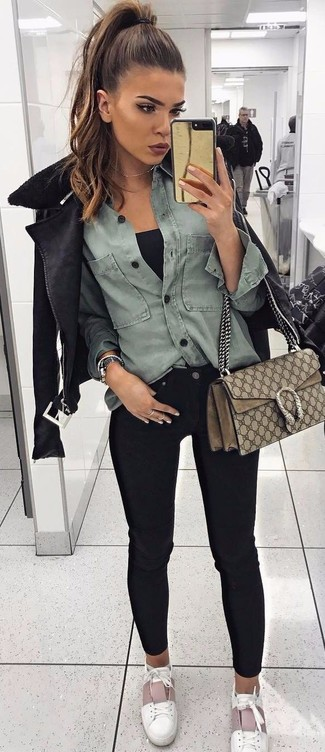 Как и с чем носить: черная короткая дубленка, серая джинсовая рубашка, черная майка, черные джинсы скинни