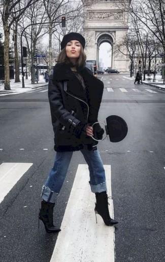 Как и с чем носить: черная короткая дубленка, синие джинсы, черные кожаные ботильоны, черная кожаная сумочка