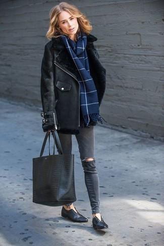 Как и с чем носить: черная короткая дубленка, темно-серые рваные джинсы скинни, черные кожаные лоферы, черная кожаная большая сумка со змеиным рисунком