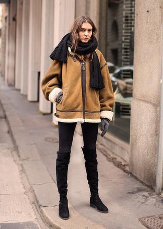 Как и с чем носить: табачная короткая дубленка, черные джинсы скинни, черные замшевые сапоги, серые шерстяные перчатки