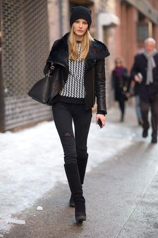 Черная короткая дубленка и черные рваные джинсы скинни — великолепный выбор, если ты хочешь создать расслабленный, но в то же время стильный образ. Черные замшевые сапоги гармонично дополнят образ.