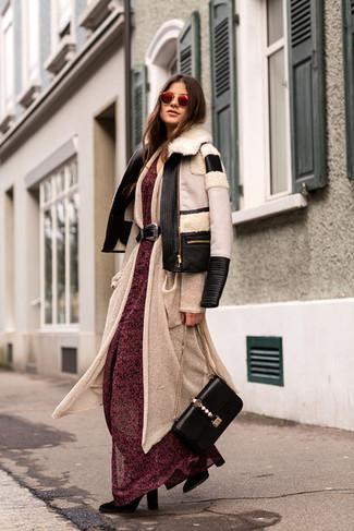 Как и с чем носить: черно-белая короткая дубленка, бежевый длинный кардиган, красное шифоновое платье-макси с цветочным принтом, черные замшевые полусапоги