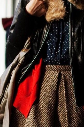 """Как и с чем носить: темно-коричневая короткая дубленка, красный кардиган, темно-синяя классическая рубашка в горошек, коричневая шерстяная короткая юбка-солнце с узором """"в ёлочку"""""""