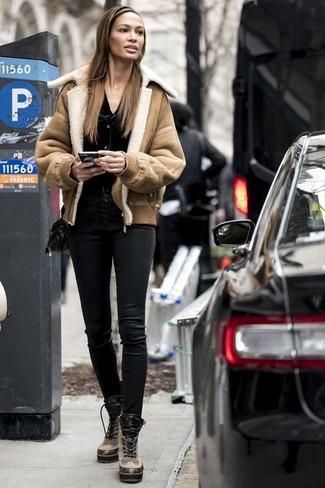 Как и с чем носить: светло-коричневая короткая дубленка, черный кардиган, черные кожаные узкие брюки, светло-коричневые кожаные ботинки на шнуровке