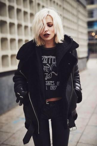Как и с чем носить: черная короткая дубленка, черный вязаный кардиган, черно-белая футболка с круглым вырезом с принтом, черные джинсы скинни