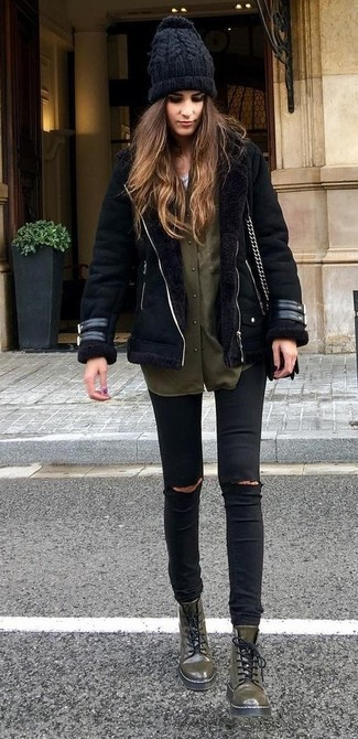 Черная короткая дубленка и черные рваные джинсы скинни — необходимые вещи в гардеробе любительниц стиля casual. Любительницы рискованных вариантов могут дополнить образ оливковыми кожаными ботинками на шнуровке .