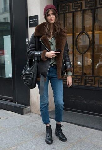 Как и с чем носить: черная короткая дубленка, оливковая классическая рубашка, синие джинсы, черные кожаные ботинки на шнуровке