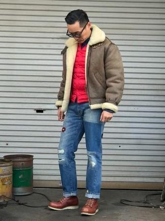 Как и с чем носить: коричневая короткая дубленка, красная стеганая куртка без рукавов, черная водолазка, синие рваные джинсы
