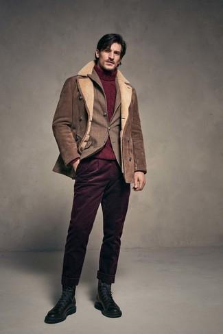 Как и с чем носить: коричневая короткая дубленка, коричневый пиджак в шотландскую клетку, темно-красная вязаная водолазка, темно-красные вельветовые брюки чинос