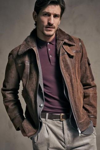 Как и с чем носить: темно-коричневая короткая дубленка, серый пиджак в мелкую клетку, темно-красная футболка-поло, бежевые вельветовые джинсы
