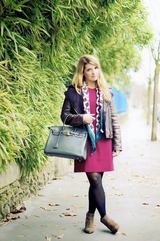 Как и с чем носить: темно-коричневая короткая дубленка, темно-красное платье прямого кроя, оливковые замшевые ботильоны, темно-зеленая кожаная большая сумка