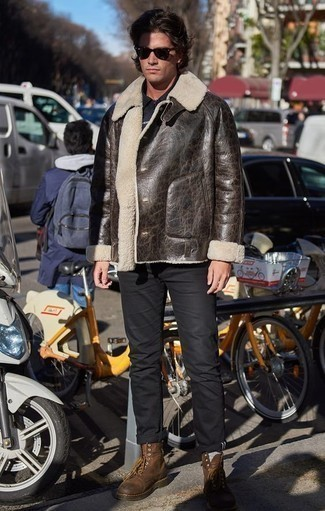 Темно-коричневая короткая дубленка: с чем носить и как сочетать мужчине: Сочетание темно-коричневой короткой дубленки и черных брюк чинос однозначно будет привлекать внимание прекрасных девушек. В сочетании с этим ансамблем наиболее уместно смотрятся коричневые кожаные повседневные ботинки.