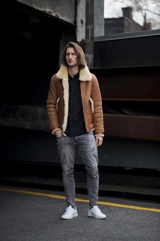 Как и с чем носить: коричневая короткая дубленка, черная рубашка с длинным рукавом, серые рваные джинсы, белые кожаные низкие кеды