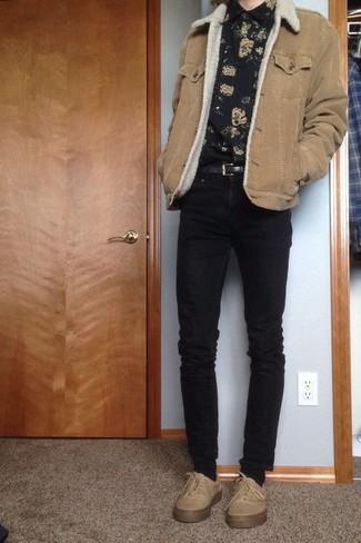 Как и с чем носить: светло-коричневая короткая дубленка, черная рубашка с длинным рукавом с цветочным принтом, черные зауженные джинсы, бежевые низкие кеды