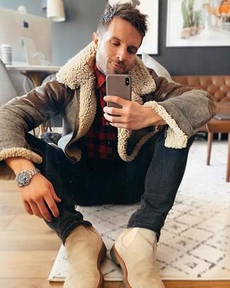 Как и с чем носить: коричневая короткая дубленка, красно-черная фланелевая рубашка с длинным рукавом в клетку, черные зауженные джинсы, бежевые замшевые ботинки челси