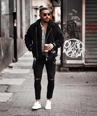 Как и с чем носить: черная короткая дубленка, бело-черная рубашка с длинным рукавом в мелкую клетку, черные рваные зауженные джинсы, белые кожаные низкие кеды