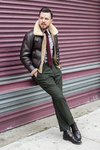 Как и с чем носить: темно-коричневая короткая дубленка, светло-фиолетовая рубашка с длинным рукавом, оливковые шерстяные классические брюки, темно-коричневые кожаные ботинки броги