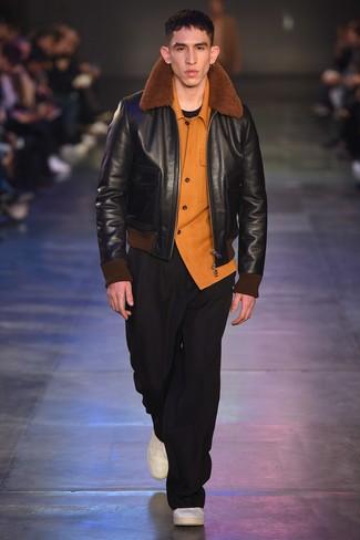 Как и с чем носить: черная короткая дубленка, оранжевая фланелевая рубашка с длинным рукавом, черная футболка с круглым вырезом, черные брюки чинос