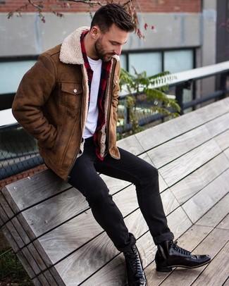 Как и с чем носить: коричневая короткая дубленка, красно-черная фланелевая рубашка с длинным рукавом в клетку, белая футболка с круглым вырезом, черные зауженные джинсы