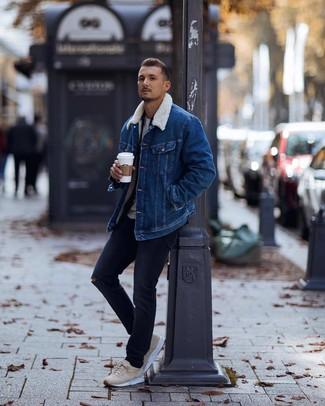 Как и с чем носить: синяя джинсовая короткая дубленка, темно-синяя фланелевая рубашка с длинным рукавом, серая футболка с круглым вырезом, темно-синие рваные джинсы