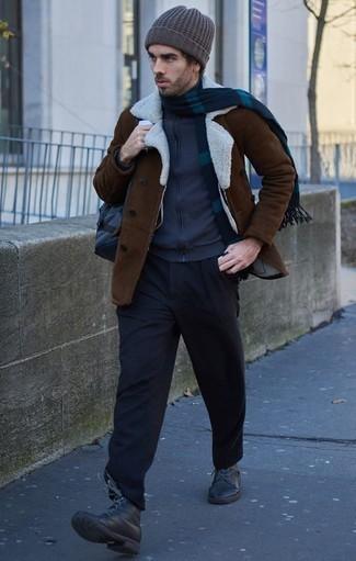 Темно-коричневая короткая дубленка: с чем носить и как сочетать мужчине: Темно-коричневая короткая дубленка в паре с черными брюками чинос безусловно будет привлекать женские взоры. Вместе с этим образом прекрасно выглядят черные кожаные повседневные ботинки.