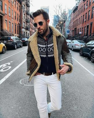 Как и с чем носить: темно-серая короткая дубленка, черный новогодний свитер на молнии, белые зауженные джинсы, коричневые замшевые ботинки челси