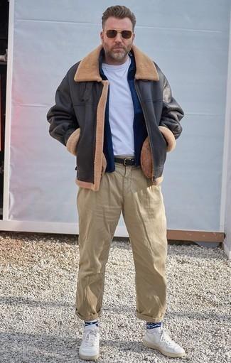 Темно-синий свитер на молнии: с чем носить и как сочетать мужчине: Темно-синий свитер на молнии и светло-коричневые брюки чинос надежно обосновались в гардеробе современных парней, позволяя создавать запоминающиеся и стильные ансамбли. Почему бы не привнести в этот ансамбль толику непринужденности с помощью белых кожаных низких кед?