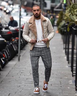 Как и с чем носить: бежевая короткая дубленка, белый свитер с круглым вырезом, серые брюки чинос в шотландскую клетку, табачные замшевые низкие кеды