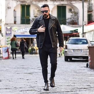 Как и с чем носить: черная короткая дубленка, черный свитер с круглым вырезом, черные брюки чинос, черные кожаные ботинки челси