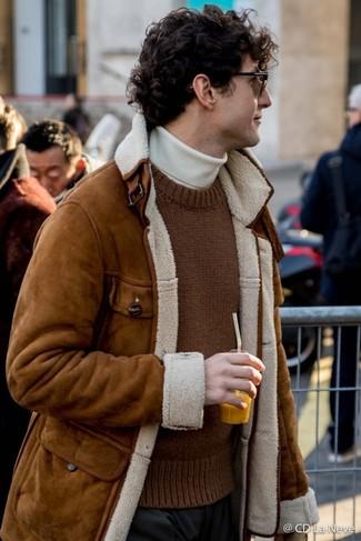 Как и с чем носить: коричневая короткая дубленка, коричневый вязаный свитер с круглым вырезом, белая водолазка, черные классические брюки