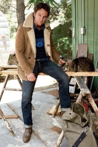 Как и с чем носить: светло-коричневая короткая дубленка, темно-синий свитер с круглым вырезом с принтом, темно-синяя джинсовая рубашка, темно-синие джинсы