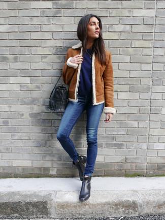 Как и с чем носить: табачная короткая дубленка, темно-синий свитер с круглым вырезом, синие джинсы скинни, черные кожаные ботильоны