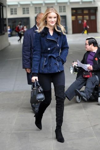 Как и с чем носить: темно-синяя короткая дубленка, черный свитер с круглым вырезом, черные джинсы скинни, черные замшевые ботфорты