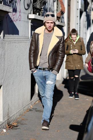 Как и с чем носить: темно-коричневая короткая дубленка, коричневый свитер с круглым вырезом, голубые джинсы, темно-коричневые кожаные низкие кеды