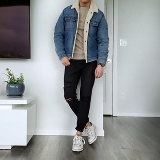 С чем носить бежевый свитер с круглым вырезом мужчине: Сочетание бежевого свитера с круглым вырезом и черных рваных джинсов пользуется большой популярностью среди ценителей комфорта. Думаешь привнести сюда нотку строгости? Тогда в качестве обуви к этому ансамблю, стоит обратить внимание на белые кожаные низкие кеды.